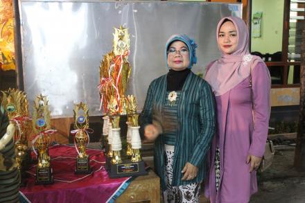 Ibu Ketua PKK Desa bersama Ibu Rita