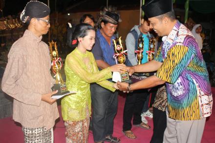 Pembagian Piala Lomba Hari Jadi Desa